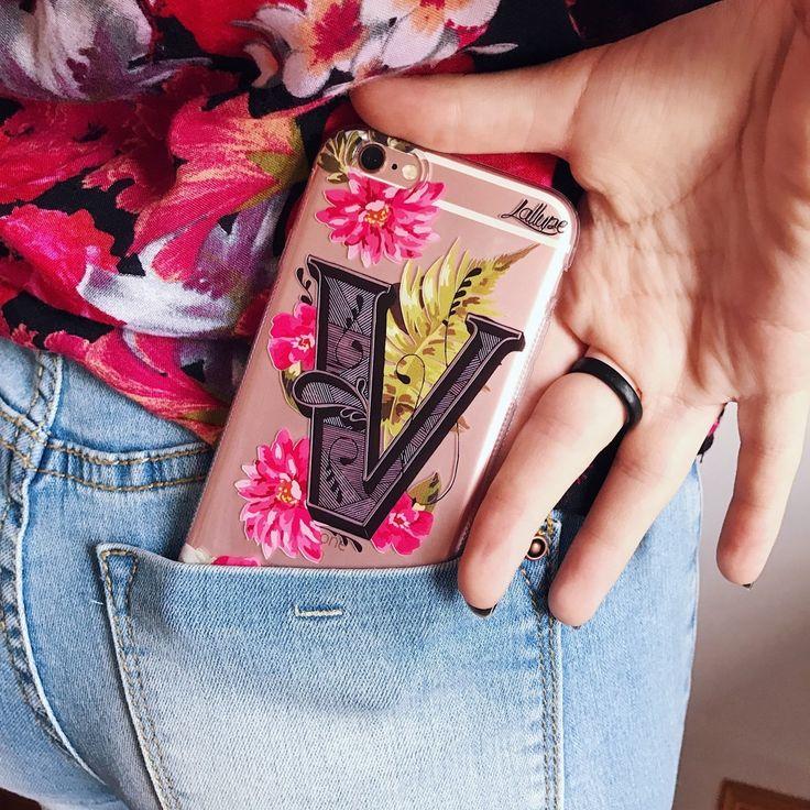 Chama a Vanessa, que hoje o celular dela pode ficar estiloso!😜🙈  .  📱Case Letra V  .  🎨@byalinealbino  .  #amamoslallupe #capinhasesxclusivas #capinhaspersonalizadas #capinhassamsung #caselg #casemotorola #casesamsung #casesiphone#casezenphone #instagood #lallupe #mundolallupe