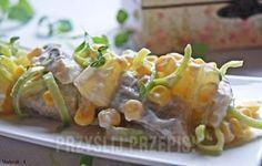 Delikatna sałatka ze śledziem i ananasem.