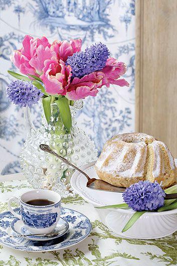 Stół udekorowany świątecznie - baba piaskowa, kwiaty i kawa / Easter decorations with cake, coffee and flowers #flowers #cake #baba #Wielkanoc #2017 #ozdoby #ciasta #pomysły #na #dekorowanie #dekoracje #piękne #galeria #sztuka #kolorowe #jak #wielkanocne #świąteczne #Easter #cake #flower #coffee #kawa #weekend #weranda #country  Fot. Aneta Tryczyńska