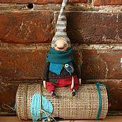 Купить или заказать Авторская кукла Лохматая и полосатая в интернет-магазине на Ярмарке Мастеров. Лохматая девчонка в полосатом джемпере с капюшоном с ушками и длиннющими рукавами. Имя не знаем, забыла представиться. С добрым характером, озорная и веселая фантазерка ищет свою семью! При себе имеет игрушку-брошь -зеленого зайца. Голова из изолона, тело набито синтепухом, утяжелено гранулятом. Одежка не снимается, только капюшон. Волосы можно собирать в хвостики.