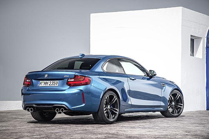 El diseño del BMW M2 Coupé, busca honrar a las raíces deportivas de la marca, este vehículo combina la habilidad deportiva y la clásica tracción trasera con la precisión de un automóvil moderno M; ...