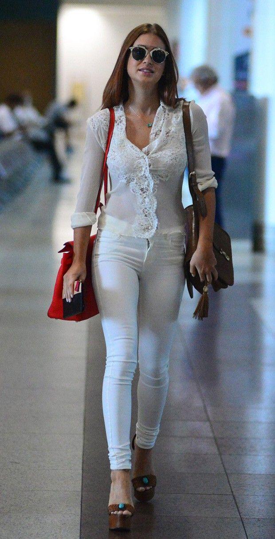 Mais um look de aeroporto, desta vez em total white. Marina Ruy Barbosa combinou o jeans branco com camiseta de seda rendade e deixou as cores para os acessórios