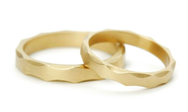 Edith Hegedüs. Gold wedding rings with scalloped edges. @no10edithhegedus