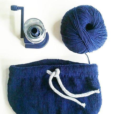 HALLELUJA | En strikkemølle (kalles de det forresten?) er kommet i hus og fy, så snedig!👏 En del av meg sier at dette er litt juks, men som småbarnsmor har jeg innvilget meg den retten til fusk😂🙈 #enkelstrikkebukse fra @ias.knits er på pinnnene 👌