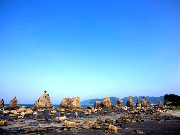 名勝橋杭岩までホテルからお車で約3分です。【周辺観光】