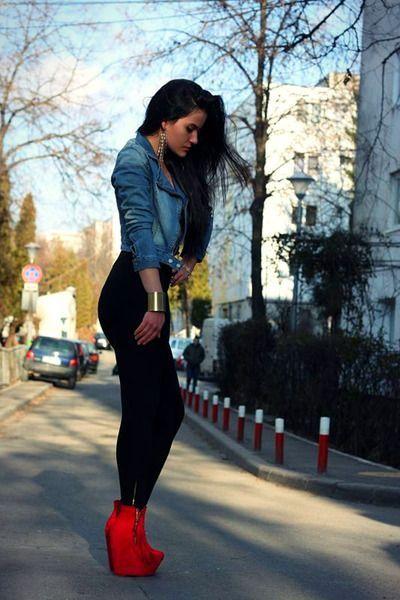 Den Look kaufen:  https://lookastic.de/damenmode/wie-kombinieren/bikerjacke-leggings-keilstiefeletten-armband-ohrringe/6844  — Goldene Ohrringe  — Blaue Jeans Bikerjacke  — Goldenes Armband  — Schwarze Leggings  — Rote Keilstiefeletten aus Wildleder