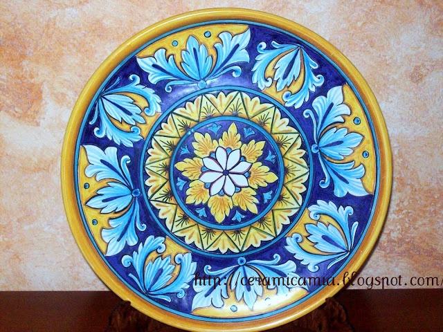 Wall dishes, Handpainted. Piatto da muro di ceramica dip.a mano #Majolica  #Italy http://ceramicamia.blogspot.it/2011/02/decorazione-di-un-piatto-in-ceramica.html