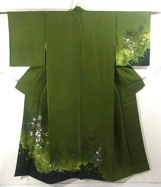 Kimono vert mousse à décor de petites fleurs blanches