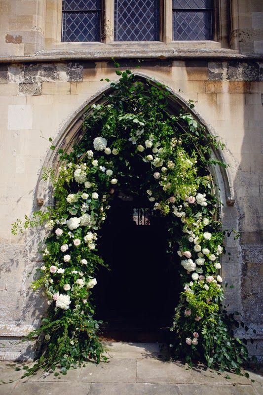 Arche de fleur à l'entrée de l'église