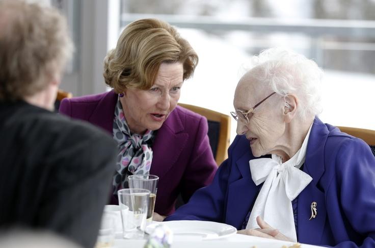 Queen Sonja of Norway talking to 100yr old Anna Josefa Grønning.   HOPPBAKKEN: Dronning Sonja i samtale med 100 år gamle Anna Josefa Grønning i Vingen på toppen av skiflyvningsbakken i Vikersund tirsdag.  Foto: Cornelius Poppe / NTB scanpix