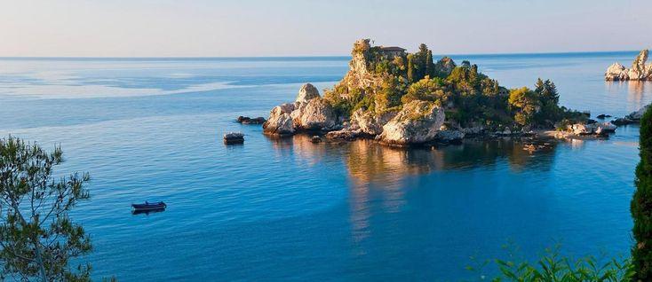 Quest'angolo di #Sicilia è così: un insieme di montagna e di mare, di pietra lavica e di acqua, dai vini doc dell'#Etna ai di piatti di pesce di #Taormina.