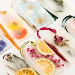 ■ご購入前に必ずお読みください。http://www.creema.jp/exhibits/show/id/2018315■火を灯さないキャンドル~ボタニカルアロマサシェ~レモンの香り蜜蝋、ソイ、パラフィンのブレンドワックスと、お花やフルーツを使ったアロマプレート。ルームアロマとしてお部屋やトイレに飾ったり、クローゼットやタンスに入れておくと、衣類にほんのり香りが移ります。・サイズ:5cm×10cm・蜜蝋ワックス、ソイワックス、国産パラフィンワックス、ドライフラワー、プリザーブドフラワー、ドライフルーツ、フレグランスオイル■ラッピングイメージhttp://www.creema.jp/exhibits/show/id/2018321・通常はOPP袋での包装になります(無料)