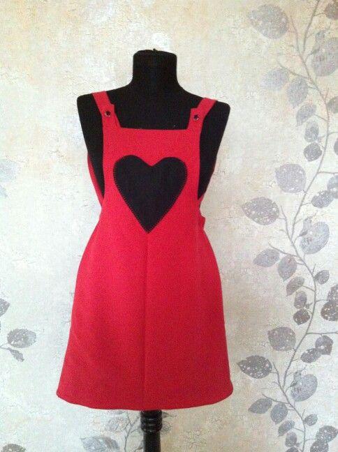 Cift taraflı giyilebilinen çocuk salopet elbise ! Modelin kırmızı yüzün de kalpten cep işlenmistir. Kirmizi krep kumas kullanılmıştır.