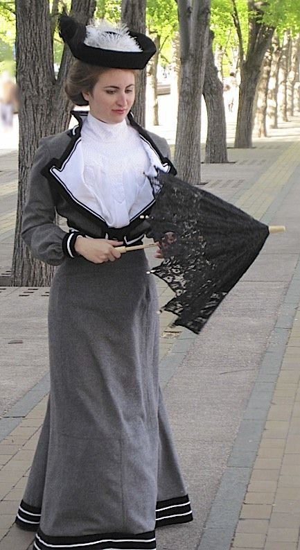 Great 1903 outfit. http://quinnmburgess.wordpress.com/2011/05/15/project-journal-womens-tailoring-part-ix-1903-gallery/