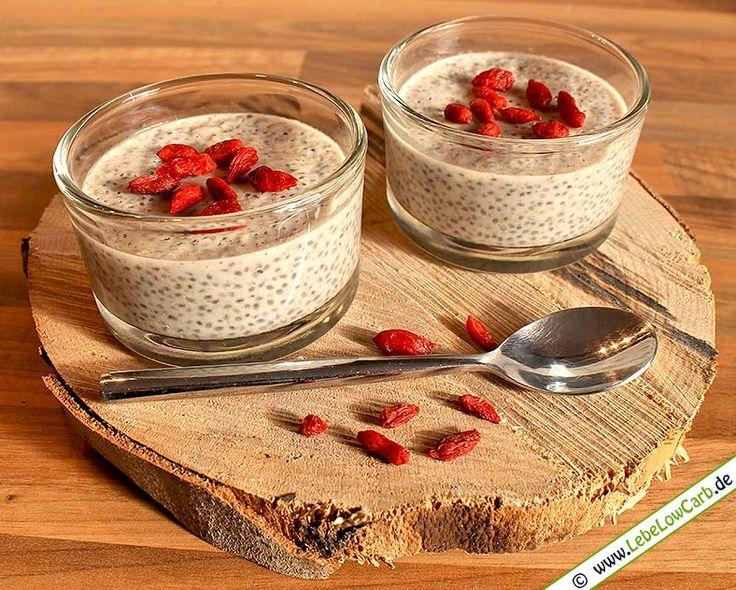 Leckerer Low Carb Kokos-Chia-Pudding mit Goji-Beeren. Eignet sich perfekt als Low Carb Frühstück. Einfach am Abend zubereiten und am nächsten Morgen genießen ... Die passenden Goji-Beeren in Rohkost-Bio-Qualität findet Ihr auf http://www.foodonauten.de/produkte/trockenfruechte/goji-beeren-premium-bio-kba-100g/