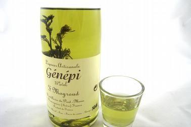 """Le """"Génépi"""" que distillent les Chartreux depuis plus de 400 ans comprend plusieurs étapes de macérations et de distillations. Leur procédé de fabrication particulier permet aux plantes alpines de délivrer tous leurs arômes."""