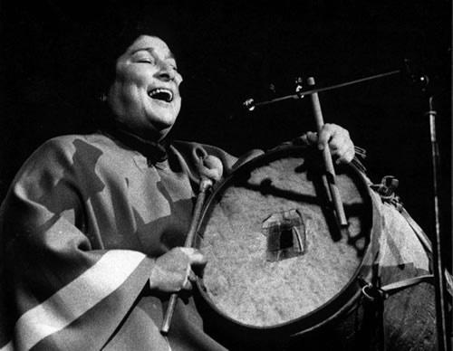Mercedes Sosa  (9 de julio de 1935 – 4 de octubre de 20093 ) conocida como La Negra Sosa o La Voz de América, fue una cantante de música folclórica argentina reconocida en América Latina y Europa. Considerada como la principal cantante de Argentina. Fundadora del Movimiento del Nuevo Cancionero y una de las exponentes de la Nueva canción latinoamericana.