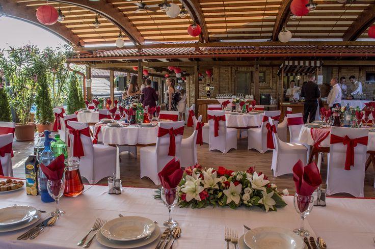 Bordó főasztaldísz üde, nyári esküvőre.  Red main table decoration for a peachy summer wedding