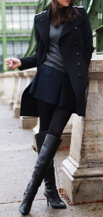 Medias tupidas, botas altas tacon, falda corta vuelo, jersey cuello vuelto, abrigo electo. Tonos oscuros