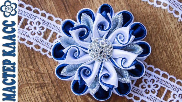 В этом видео уроке я хочу показать как сделать красивый цветок в сине белых оттенках из атласной ленты шириной 5 см. Основные лепестки композиции: - тройной ...