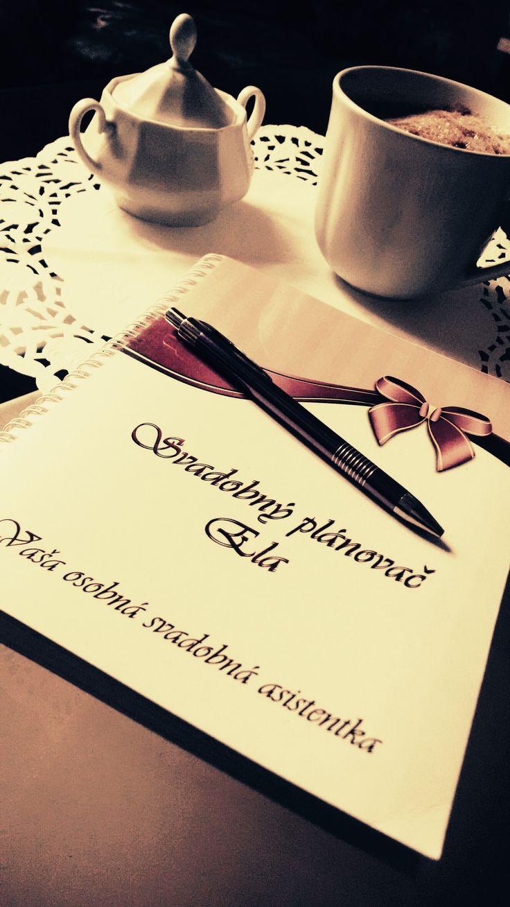 Svadobný plánovač Ela je praktický diár, ktorý Vás prevedie celým procesom plánovania svadby tak, aby ste na nič dôležité nezabudli. Obsahuje, podrobný zoznam úloh, plánovací kalendár, priestor na zapisovanie poznámok a nápadov, tipy a rady, či nalepovacie prílohy, s pomocou ktorých jednoducho zostavíte podrobný plán svojeje svadobnej sály a zasadací poriadok.