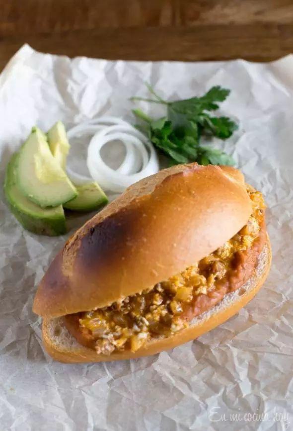 Sandwich mexicano de huevos con chorizo y porotos