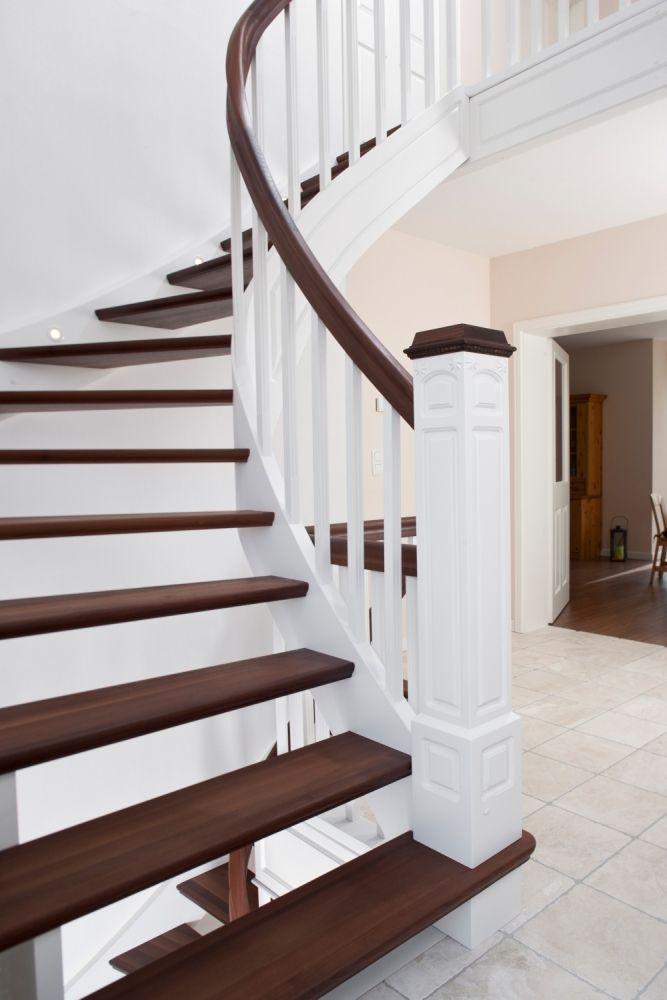 Wangentreppe beidseitig eingestemmt; Stufen Holzart Akazie; Wangen und Stäbe Holzart Whitewood, weiß endlackiert.