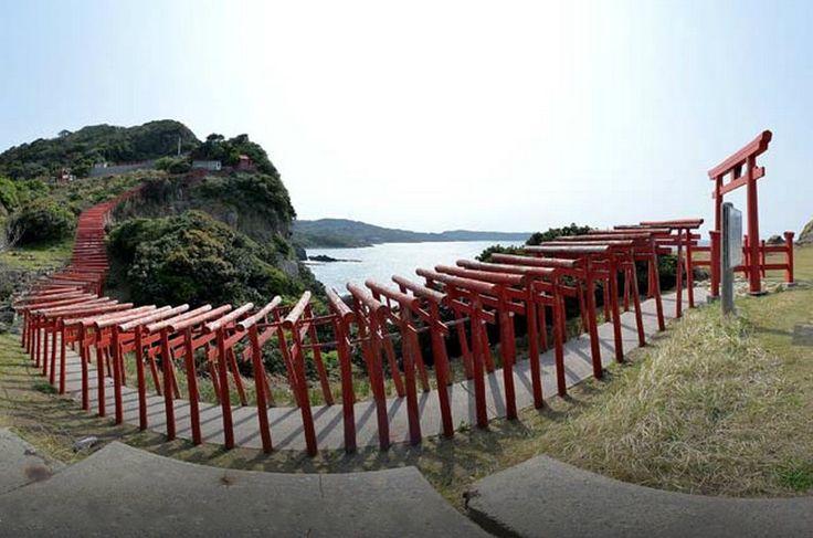 Тории, вероятно, самый узнаваемый символ Японии, эти ритуальные ворота ведут в  потусторонний мир, где каждый пришедший может пообщаться с божествами ками.
