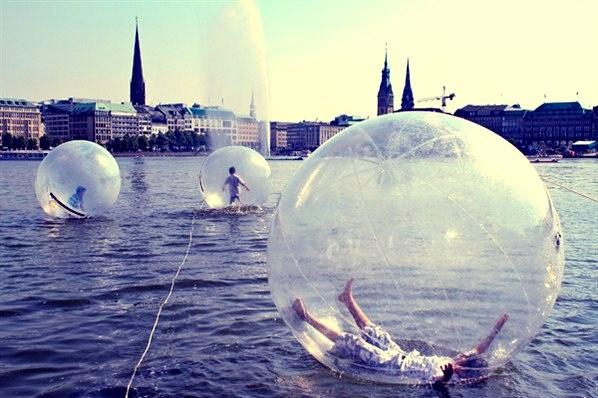 Walk Water Balls no Lake Alster, Hamburg, Germany.