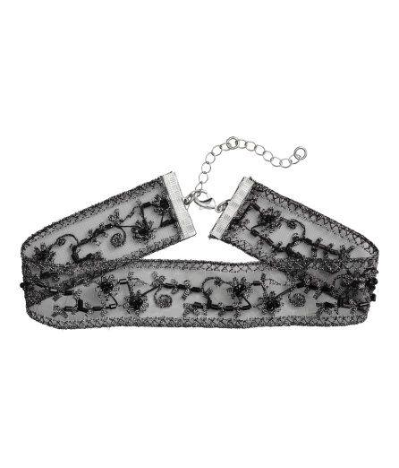 Kolla in det här! Ett kort, broderat halsband i mesh med pärlor och glittertråd. Knäppning bak. Bredd 2,5 cm. Reglerbar längd, 29-35 cm. - Besök hm.com för ännu fler favoriter.