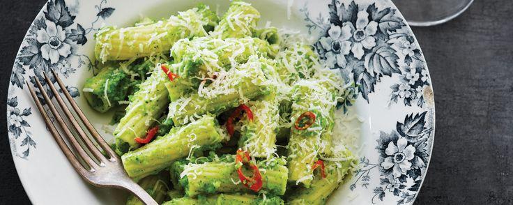 Parmesan er prikken over i'et - også i denne smagfulde pastaret. Find flere lækre italienske opskrifter på www.modernemamma.dk.