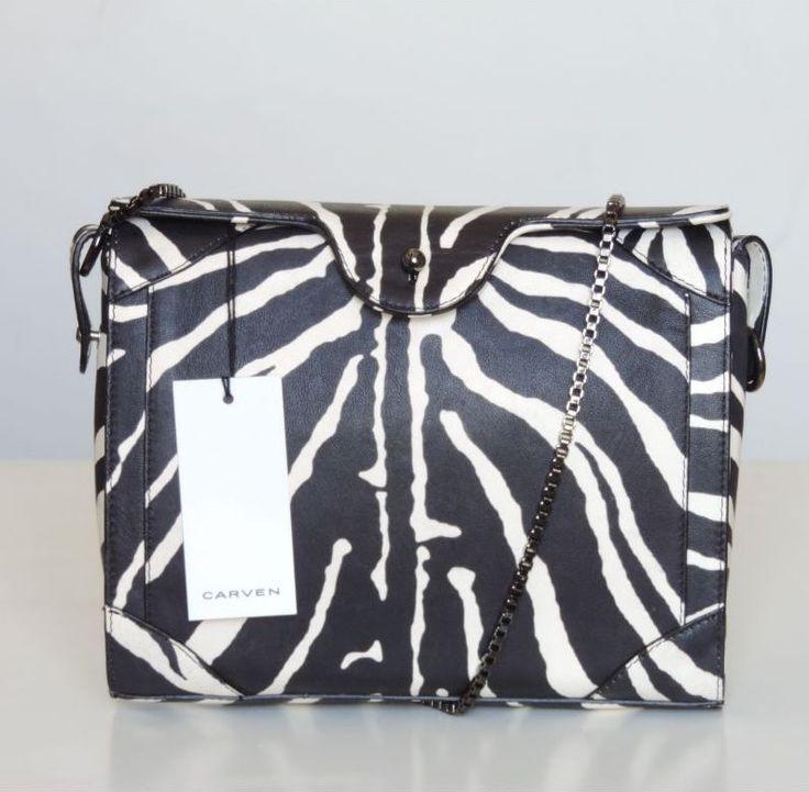 Sublime pochette en cuir signée Carven! L'imprimé noir et blanc donne un côté chic et élégant à ce ravissant sac!