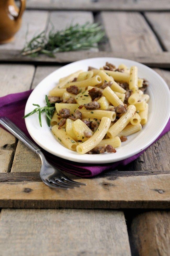 La pasta patate e salsiccia è un primo piatto adatto all'autunno, realizzata con salsiccia di maiale può essere mantecata con parmigiano grattugiato.