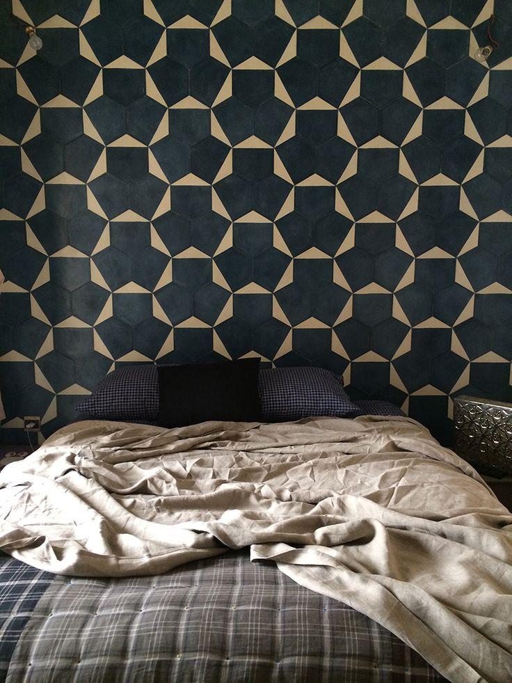 Cosy Schlafzimmer mit natürlichen Farben und modernen marokkanischen Fliesen am Kopfende.