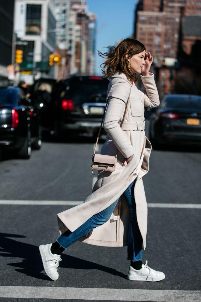 Hanneli Mustaparta en manteau long beige et baskets blanches à la Fashion Week de New York