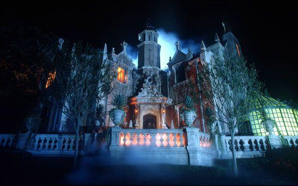 Em Haunted Mansion,  visite uma mansão mal-assombrada por 999 fantasmas. Fica no parque Magic Kingdom, no Walt Disney World Resort, em Orlando.