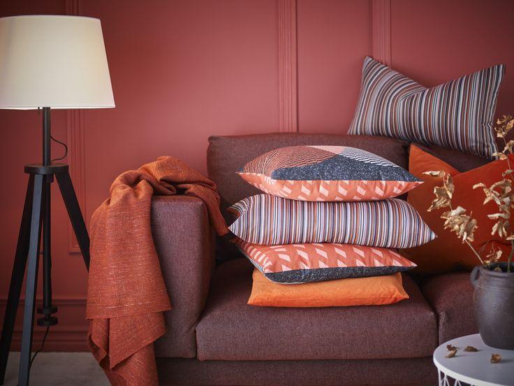 STRANDKÅL kussenovertrek | IKEA IKEAnederland IKEAnl designdroom inspiratie wooninspiratie interieur wooninterieur kamer woonkamer slaapkamer kussenhoes kussen kussens overtrek oranje rood decoratie decoratief accessoire accessoires bank zitbank sofa