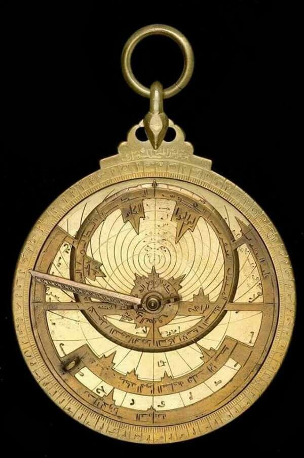 في الصورة ساعة الجيب المسماة الاسطرلاب صناعة مصرية ترجع للقرن التاسع الميلادي كانت تستخدم في معرفة الوقت و تحد Antique Clocks Egyptian History Of Science