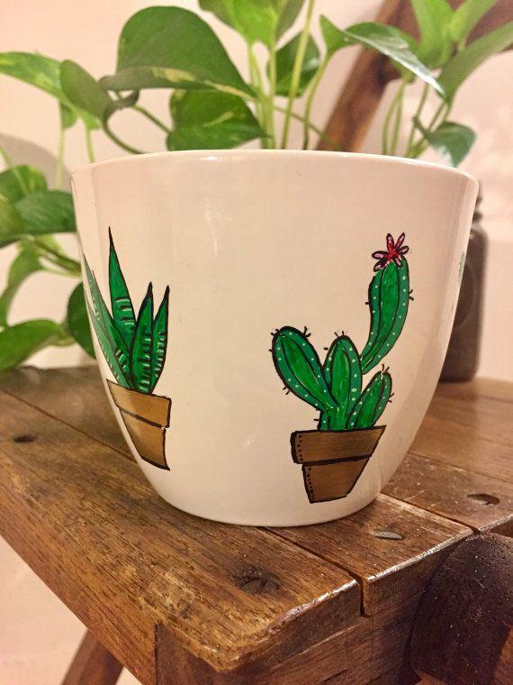 Niedliche Kaktus-Becher. Kakteen-Becher. Kaffeetasse. Hand
