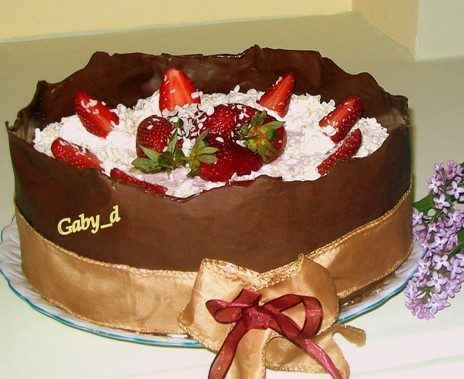 Tort aniversar cu ciocolata si capsuni