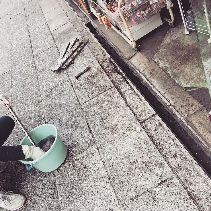 先日の参道掃除に続き本日は溝掃除の日でした普段はシルバーの蓋で覆われていますが実は排水の溝があるのです綺麗にお掃除して気持ちよく新しい年を迎えますよ Asakusa Tokyo Japan Sensoji Nakamise Cleaning Komachihair 浅草 仲見世通り 掃除 コマチヘア
