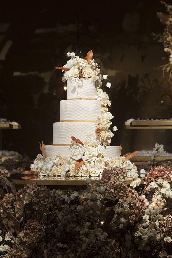 Bolo de casamento de 4 andares decorado com flores de açúcar brancas e folhas marrom ( Foto: Cissa Sannomiya | Bolo: The King Cake )