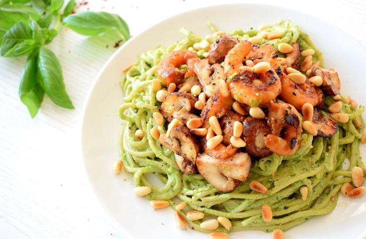 Avocado pesto pasta met gemarineerde garnalen - Het recept vind je op Healthy Wanderlust. Liefs, Merel #healthywanderlust