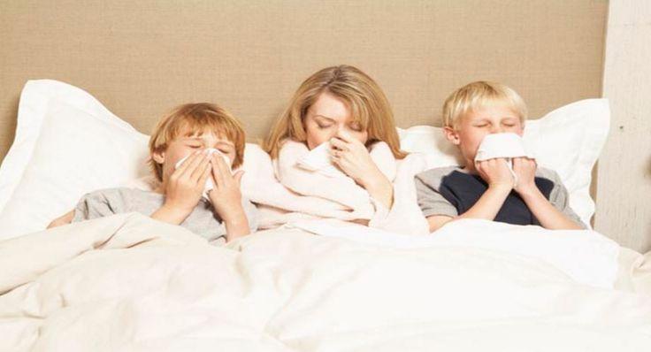 Grypa, w przeciwieństwie do przeziębienia, zwykle atakuje znienacka. W najmniej oczekiwanym momencie czaszkę rozsadza ból, na termometrze brakuje skali, a dreszcze każą nam się schować pod grubą warstwą koców. Co w takiej sytuacji robić? Obniż gorączkę Przede wszystkim musisz obniżyć poziom... http://medycyna.efirmowy.pl/grypa-atakuje-jak-sobie-z-nia-radzic/