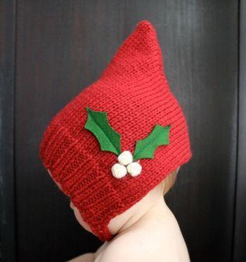 ぴょこん、と角のたったピクシー(妖精)帽。平らに編んで後頭部をとじつけるだけで角が立ちます。 あごの下で結ぶひもをつけたり、マフラーをつけたり。思うままに編みやすい点も初心者さん向けの帽子です。