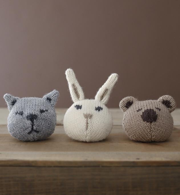 Modèle mini doudous à base de laine : Sacha le chat, Robin le lapin, et Gaston l'ourson sont de la partie cet hiver...Des minis doudous à base de laine, à accrocher ou à suspendre pour les câlins et les bisous. Modèle en jersey.