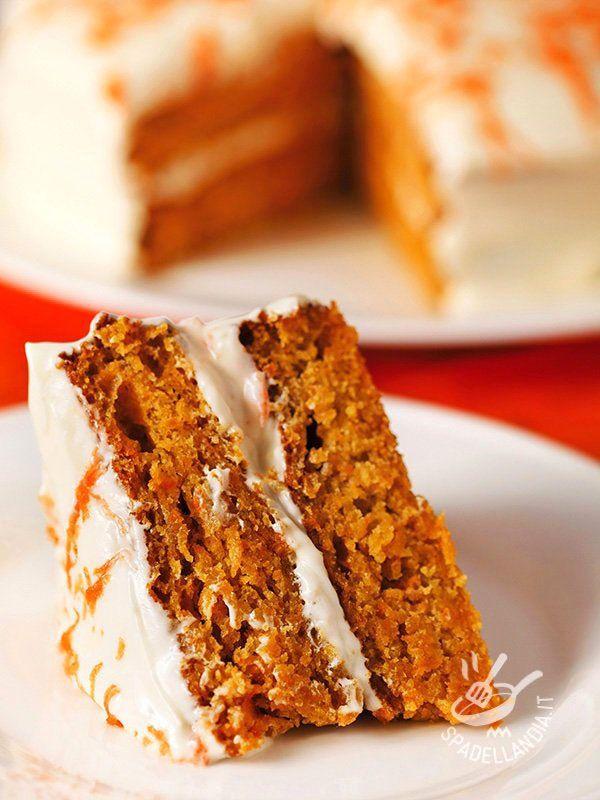 La Torta di carote e crema di yogurt senza glutine è un dolce squisito e delicato. Guarnite il dessert con filetti sottili di carota e servite!