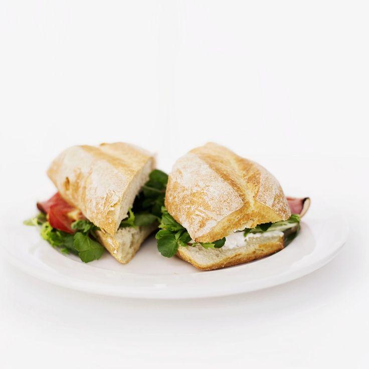 Sei a #dieta e in pausa pranzo hai tempo solo per un panino al volo? Niente paura. Segui i suggerimenti della nutrizionista per concederti un break senza rinunciare alla linea e… al gusto!