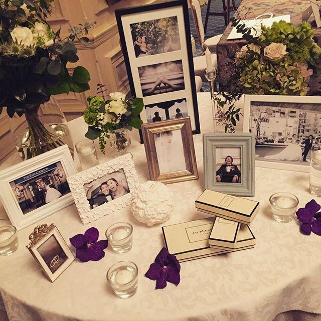 wedding repo2  #ウェルカムスペース 前撮りの写真をふんだんに飾りました♪ 周りのお花たちは持ち込み。#UNI さんにお願いしました❤️当日のブーケ類も全て#UNI さん。センス良すぎてほぼお任せ状態  左に置いてある大きな花瓶の中のお花は背の高い枝ものも入れてくださっていてウェルカムスペースが引き立ちました✨ #wedding #卒花 #プレ花嫁 #結婚式