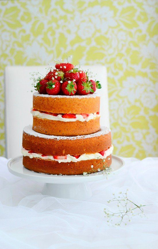 Hoy os traigo un elegante pastel, un naked cake de fresas con nata, es decir un pastel desnudo. Se le llama así porque se monta sin crema ni frosting que recubra el pastel, los bizcochos quedan al descubierto logrando así…